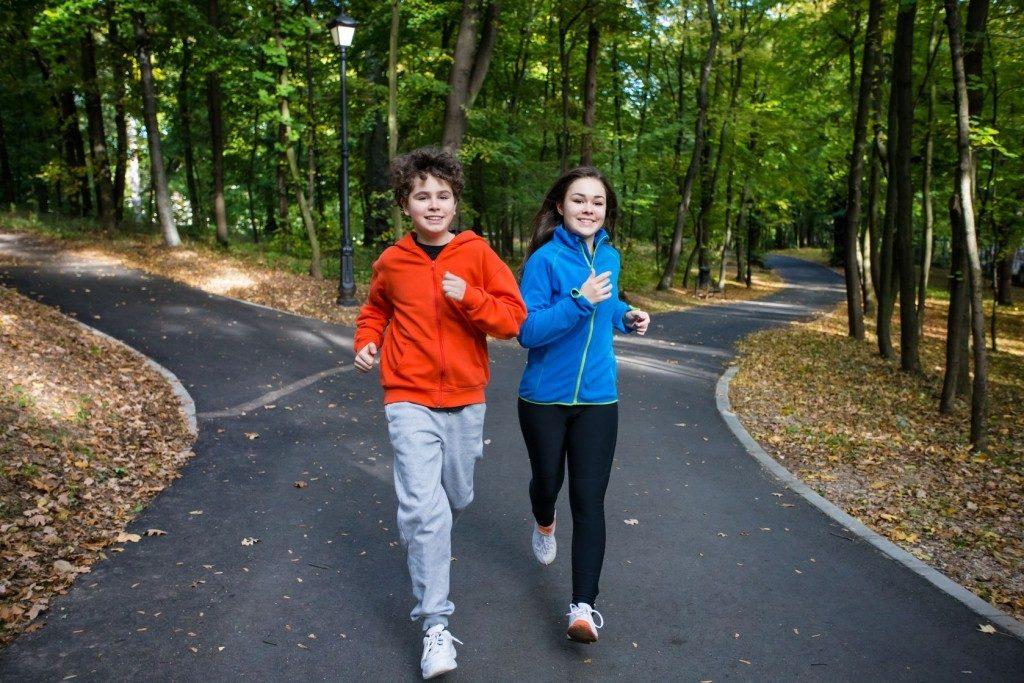 подростки бегают