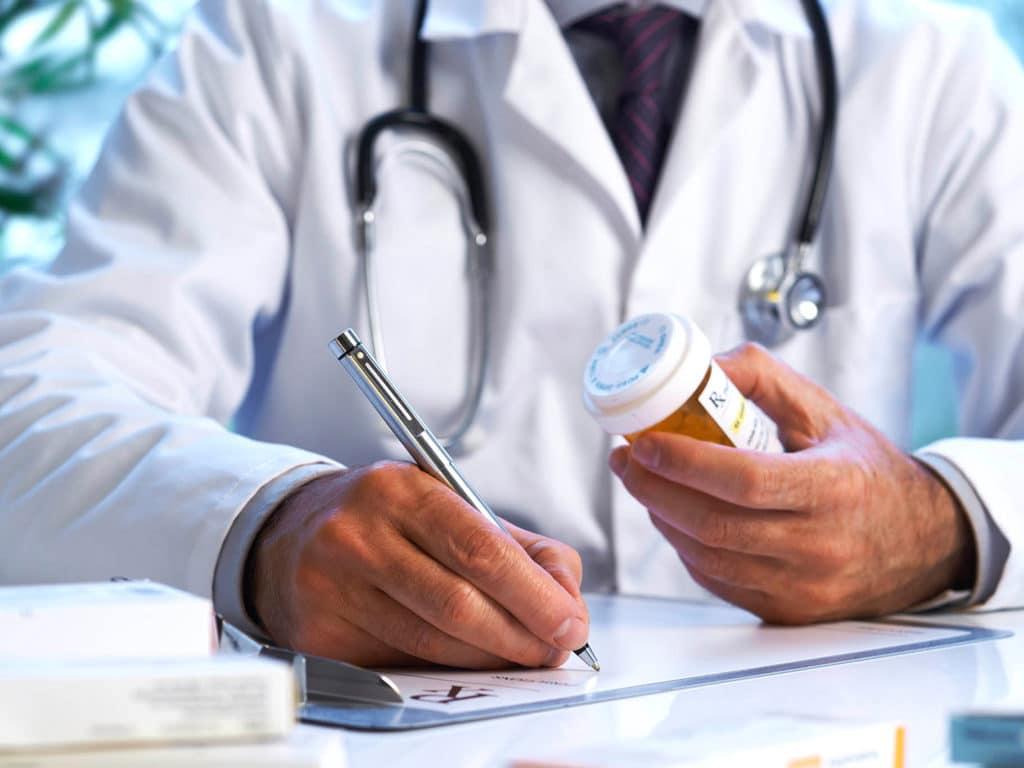 врач прописывает лекарства от давления