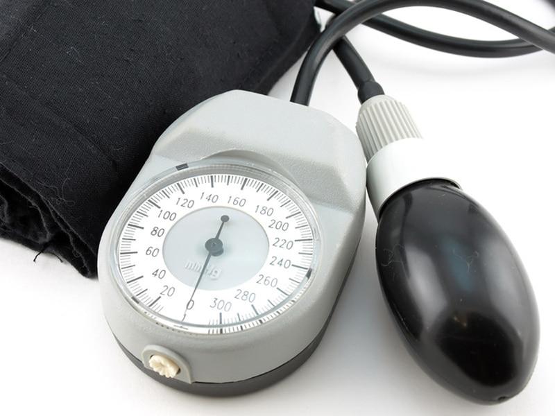 Давление 220 на 110 (120, 140, 150, 180): причины, симптомы, возможные риски