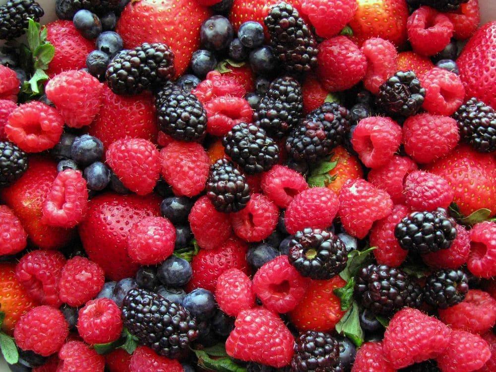 Какие ягоды понижают давление: что есть от повышенного АД