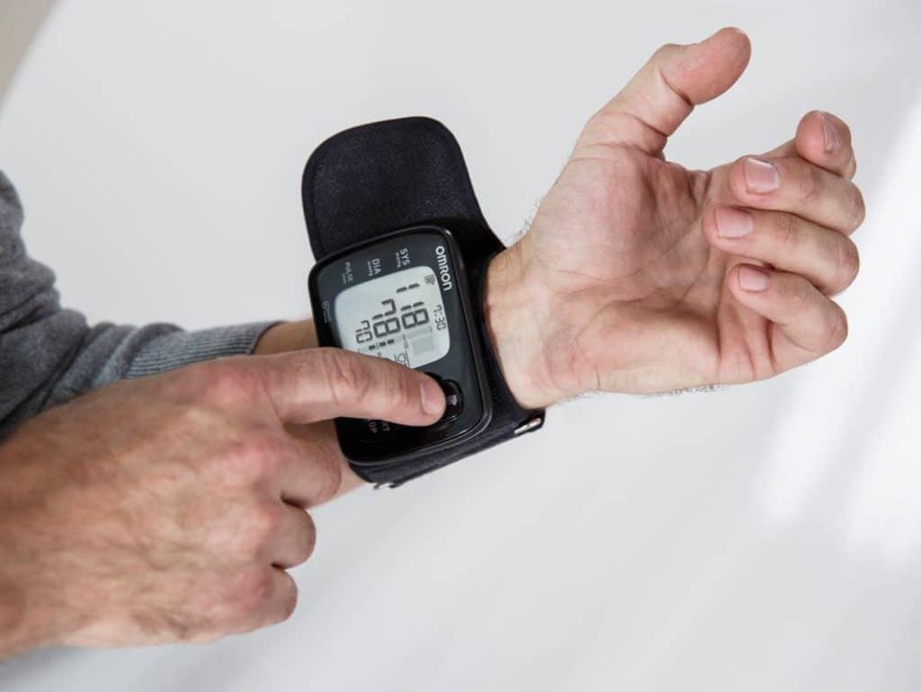 Тонометр на запястье для пожилых людей: отзывы и инструкция