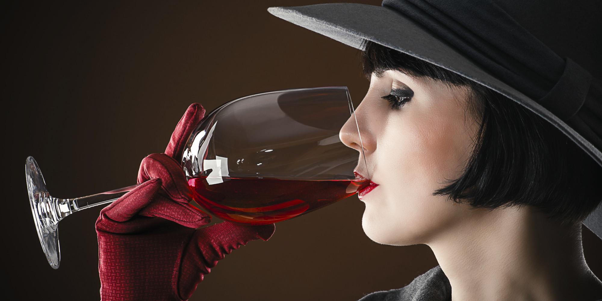 Картинка дама с бокалом вина
